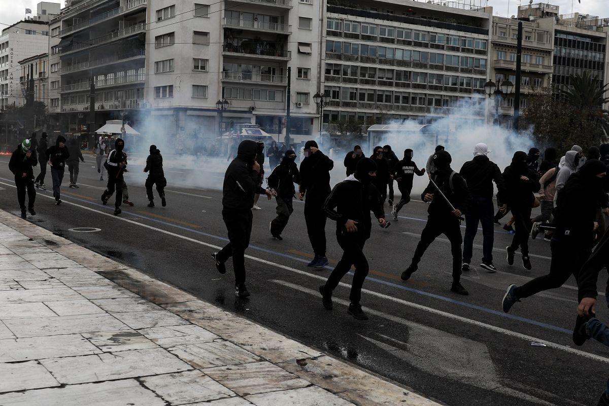 Επεισόδια στο συλλαλητήριο φοιτητών και μαθητών – Πέταξαν πέτρες στη Βουλή
